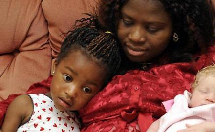 Fekete szülők fehér kislánya